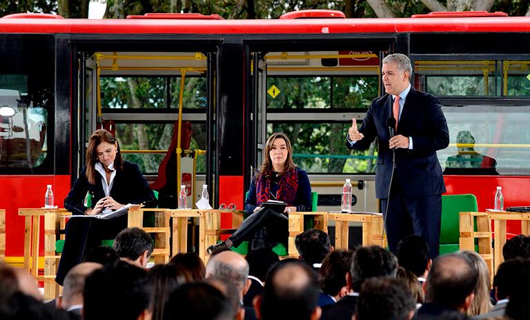 Presidente Duque presentando la estrategia nacional de movilidad sostenible