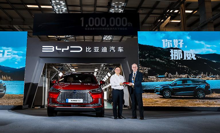 Wang Chuanfu, Presidente y CEO de BYD, junto a Rolf Petter Almklov, Consejero Comercial de la Real Embajada Noruega en Beijing.