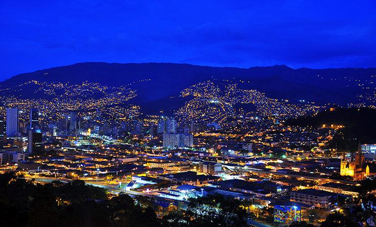 Medellín al anochecer