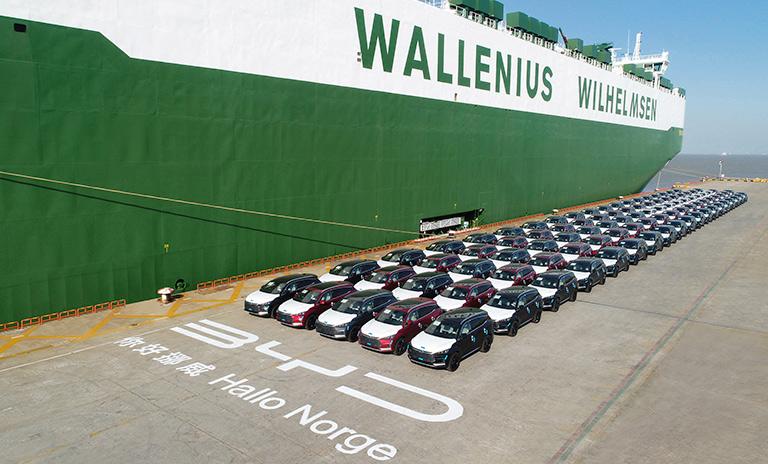 Vista diagonal de los vehículos utilitarios Tang