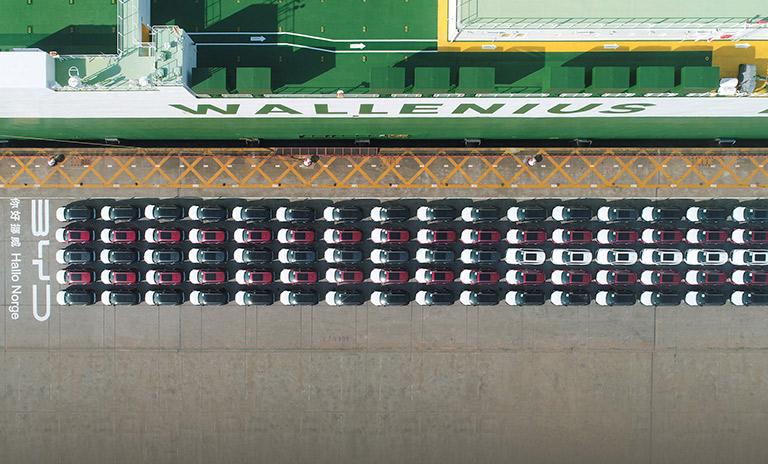 Vista cenital de los 100 SUV BYD Tang enviados a Noruega