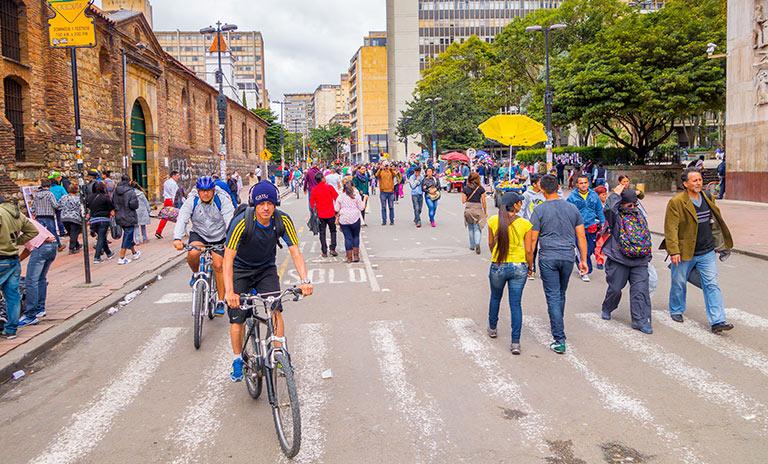 Ciclistas y peatones en la carrera séptima en Bogotá