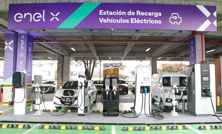 Vista frontal de la nueva electrolinera en Unicentro Bogotá