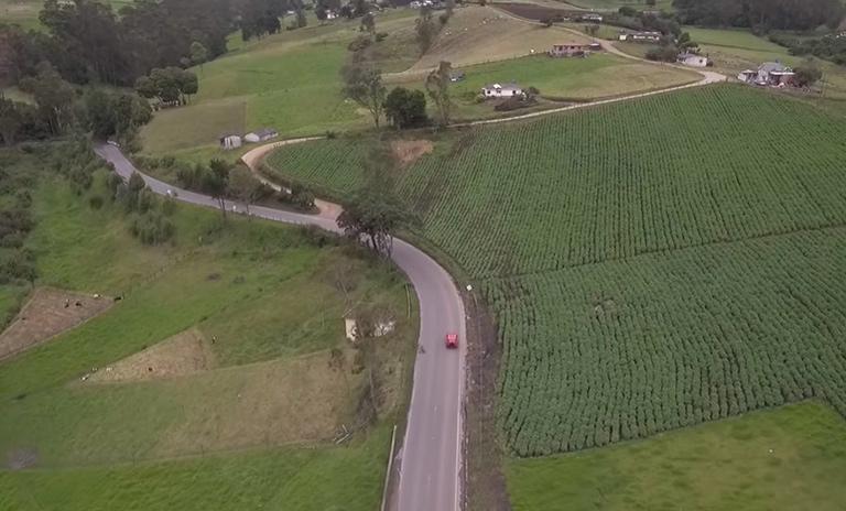 Vista de drone de la carretera entre Bogotá y Villa de Leyva