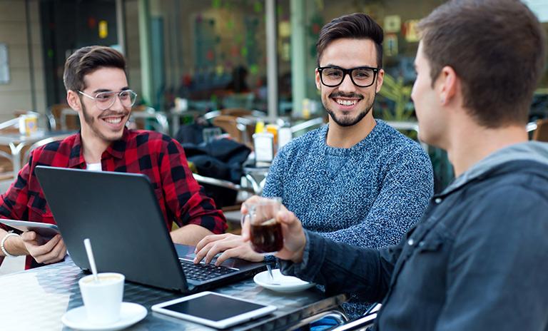 Emprendedores formulando proyecto para el programa para incentivar la movilidad sostenible